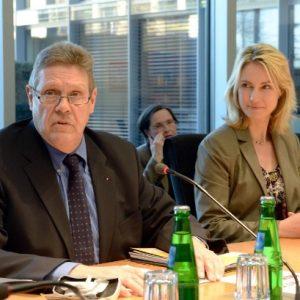 """Willi Brase gemeinsam mit der Bundesministerin Manuela Schwesig im Unterausschuss Bürgerschaftliches Engagement. ((c) Deutscher Bundestag/Achim Melde)"""""""