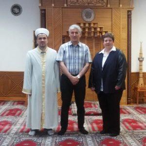 Tanja Wagener (r.) mit dem Imam (l.) der Selimiye Moschee und dem Moscheeführer Önder Sahin (m.) im Gebetsraum der Selimiye Moschee in Geisweid.